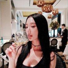 클라라 '우아하고 섹시하게 와인