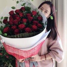 """[#스타샷] 마이크로닷♥홍수현, 장미 꽃다발 들고 찰칵…""""공개연애의 좋은 점"""""""