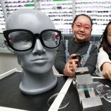 [포토]망치로 때려도 튼튼한 안경 렌즈