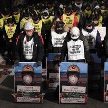[포토] 묵념하는 비정규직 노동자들