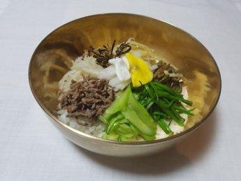 구정을 맞기 전에 가족이 함께 정겹게 나누어 먹는 음식 '비빔밥'