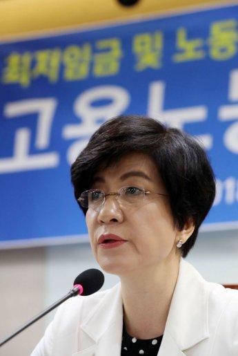 """장관직 물러나는 김영주 """"'노동존중사회' 실현 끝까지 최선 다해달라"""""""
