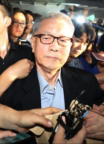 구속만료로 석방된 김기춘·조윤선, 화이트리스트 선고는 연기