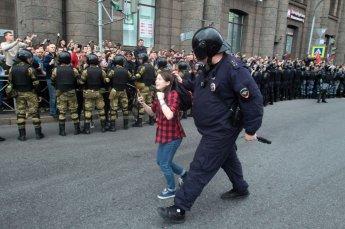 [포토]러시아 경찰에 끌려가는 10대 소녀