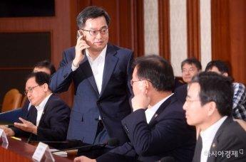 [포토] 회의 직전 전화받는 김동연 부총리
