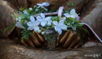 [포토]소녀상 손 위에 놓인 꽃화관