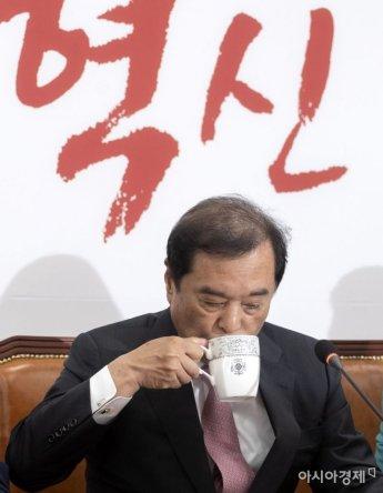 [포토] 물 마시는 김병준 비대위원장