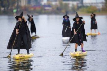 """물 위를 떠다니는 마녀들…""""해피 할로윈!"""""""