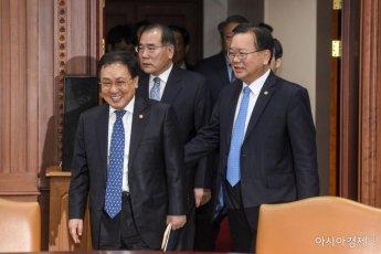 [포토] 회의실로 들어서는 유영민-이개호-김부겸 장관