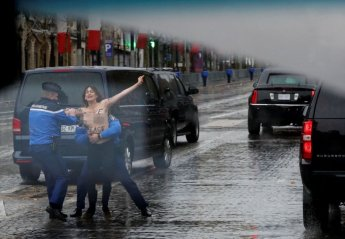 상반신 알몸 여성, 트럼프 차량에 접근 시위