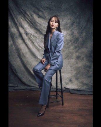 """[#스타샷] '언더나인틴' 김소현, 슈트 입고 성숙미 물씬…""""고혹적인 분위기"""""""