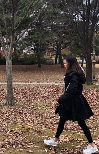 """[#스타샷] '나인룸' 김희선, 가을길 걷는 모습…""""언니는 예쁘다는 말도 지겹죠"""""""