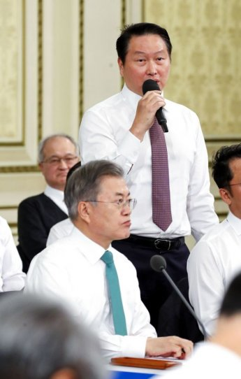"""최태원 SK 회장, '혁신성장' 3大 제언…文대통령 """"굉장히 중요한 말씀"""""""