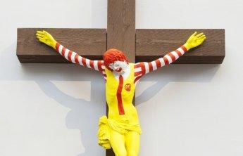 십자가에 못 박힌 '맥도날드'…신성모독 논란 휩싸여