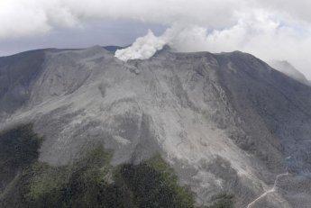 [포토]연기로 뒤덮힌 日 가고시마 화산섬…입산규제 유지