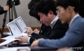 [포토] 자료 살펴보는 참석자들