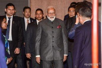 [포토]심포지엄장으로 들어서는 모디 인도 총리