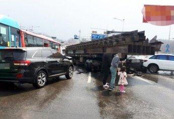경기도 김포서 빗길에 미끄러진 트레일러, 7대 차량과 충돌