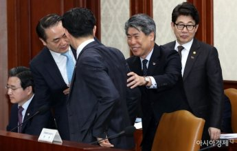 [포토] 경제활력대책회의 참석한 윤종원 경제수석