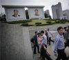 김일성·김정일 사진 아래…출근하는 北 평양 시민들