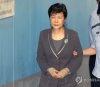 """박근혜, 법정서 휴대전화 사용…유영하 \""""실수가 있었다\"""""""