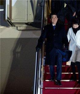 美 도착한 아베 총리 '트럼프 만나러 왔습니다...