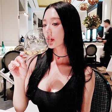 '섹시하게 와인 음미'