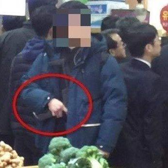文, 경호원 기관총 논란