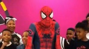 학교에 출몰한 스파이더맨의 반전 댄스