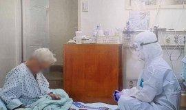 """""""할 수 있는 일 한 것"""" 치매 할머니와  화투 친 '방호복 간호사' 찾았다"""