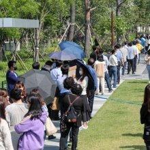 [포토]선별진료소 앞에 줄선 직장인들