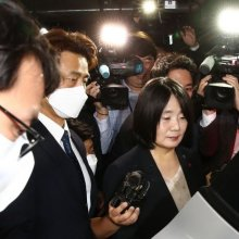 [포토]취재진에 둘러 싸인 윤미향 당선인