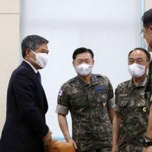 [포토] 육·해·공군참모총장과 대화하는 정경두 장관
