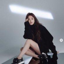 송혜교, 40대에도 여전한 동안 미모…킬힐 없어도 매끈 각선미