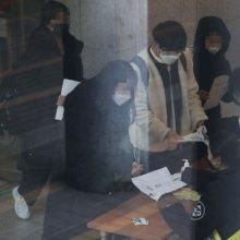 [포토]'마스크 쓰고 논술 고사장으로'