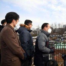 [포토]사직2구역 재개발지역 주민들과 대화하는 안철수 대표