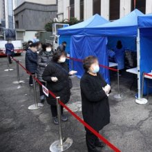 [포토] 코로나19 검사 향하는 남대문시장 상인들