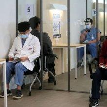 [포토] 화이자 백신 맞고 대기하는 의료 종사자들