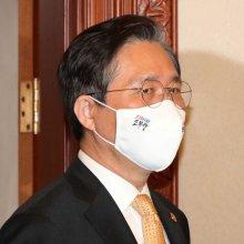 [포토]국무회의 향하는 성윤모 장관