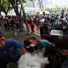 [포토]경찰 뚫고 집회 장소 향하는 택배노조