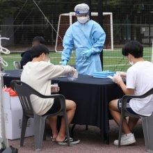 [포토]신속 PCR 검사 받는 학생들
