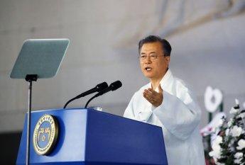 """文대통령 """"아무도 흔들 수 없는 나라…책임있는 경제 강국으로""""(종합)"""