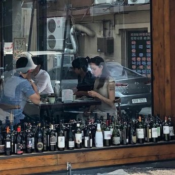 안젤리나 졸리, 장남 매덕스와 서울 투어…식당·백화점서 포착
