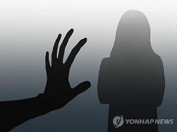 화장실 가는 여자친구 뒤따라가 강제 성추행한 10대