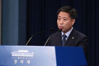 """윤도한 靑 국민소통수석 """"권경애 변호사 알지도 못한다"""" (종합)"""