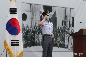 [포토]경례하는 육군사관학교 생도