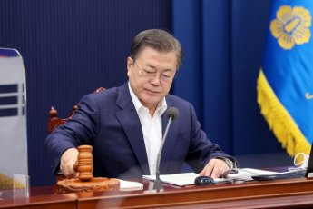 1시간여 만에 이뤄진 文대통령 사의 수용…윤석열發 '정치격랑' (종합2)