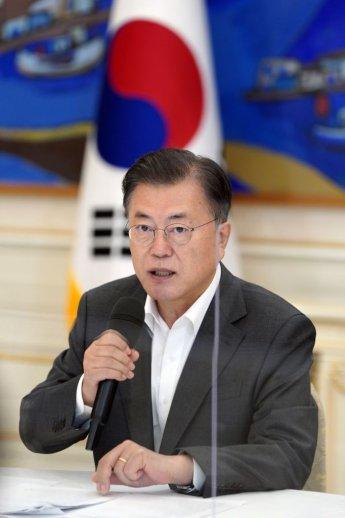 """文대통령 """"마스크 없는 추석 되도록 할 것…국민 여름휴가 보장""""(종합)"""