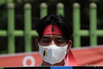 [포토]생각에 잠긴 미얀마 청년