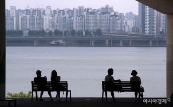 [포토] 마포대교 그늘에서 더위 식히는 시민들